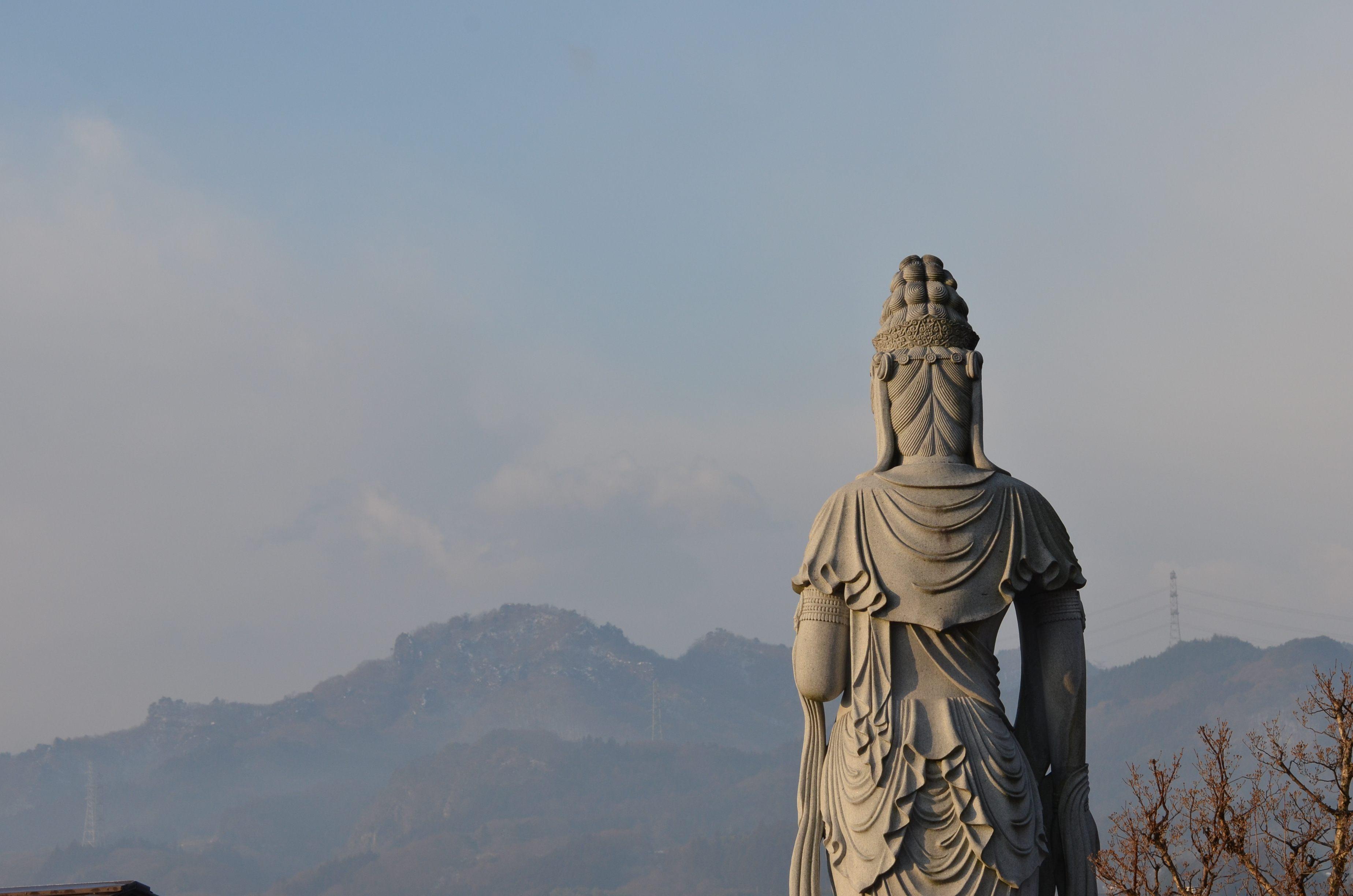 清見寺の聖観世音菩薩像です。向こうの山は岩櫃山です。